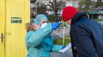 Epidemii COVID-19 pomáhají ve FN Olomouc zvládnout studenti. Na klinikách i při vstupech do nemocnice
