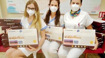 Nadace Křižovatka darovala Novorozeneckému oddělení Fakultní nemocnice Olomouc dvacet monitorů dechu, přivezl je kurýr