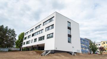 Stavba nového ambulantního pavilonu Hemato-onkologické kliniky FN Olomouc finišuje, na podzim začne sloužit pacientům