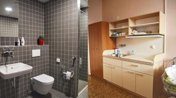 Nové koupelny a toalety už mají všechny pokoje na Oddělení šestinedělí FN Olomouc