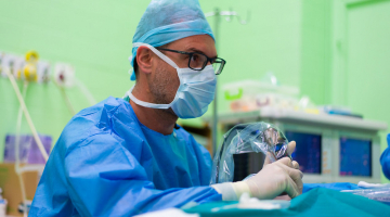 Bez jizev a téměř bez bolesti. Miniinvazivní ušní operace provádějí ve FN Olomouc jako jediní ve střední Evropě