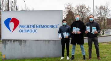 Trojice studentů lékařské fakulty poskytli nemocnici tisíce ústenek