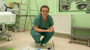 Monotónní zelenou plochu na operačních sálech otorinolaryngologické kliniky Fakultní nemocnice Olomouc rozveselili malbami